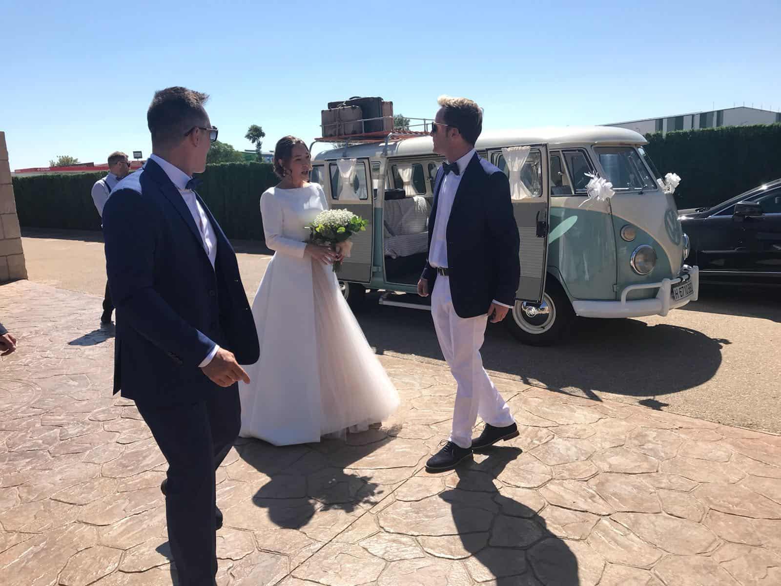 Novios en Volkswagen-Boda Soraya y Jorge-Hotel Castillo Bonavia (2)