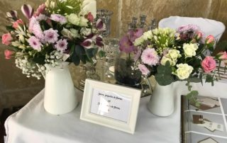 jarras con flores para decorar mesas de bodas